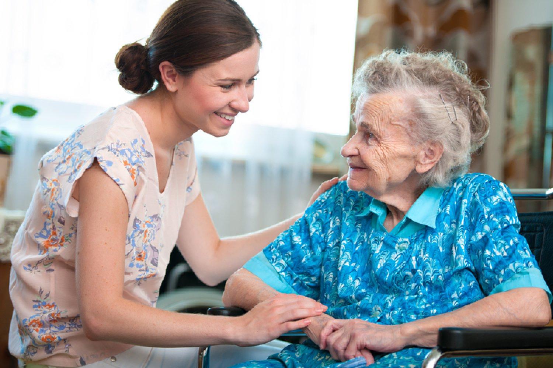 Ako sa postarať o chorého seniora? Príbuzným pomôže Senior box. FOTO: Adobe Stock