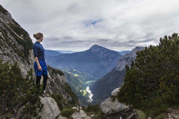 Chôdza po nerovnom teréne je pre chrbticu náročnejšia ako chôdza po rovine. FOTO: Pixabay