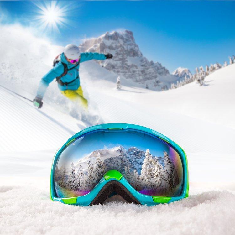 Snežná slepota je dočasné poškodenie rohovky. Oči ochránite slnečnými okuliarmi. FOTO: Adobe Stock