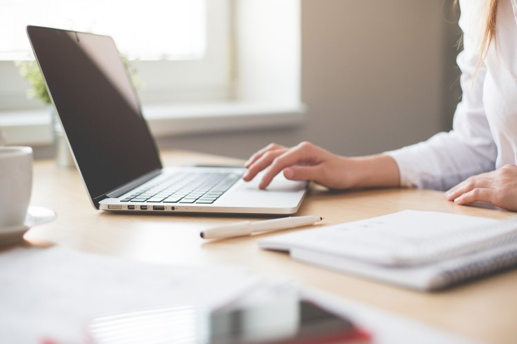 Sila vyvinutá prstami počas pracovnej doby sekretárky je 16ton. FOTO: Pixabay