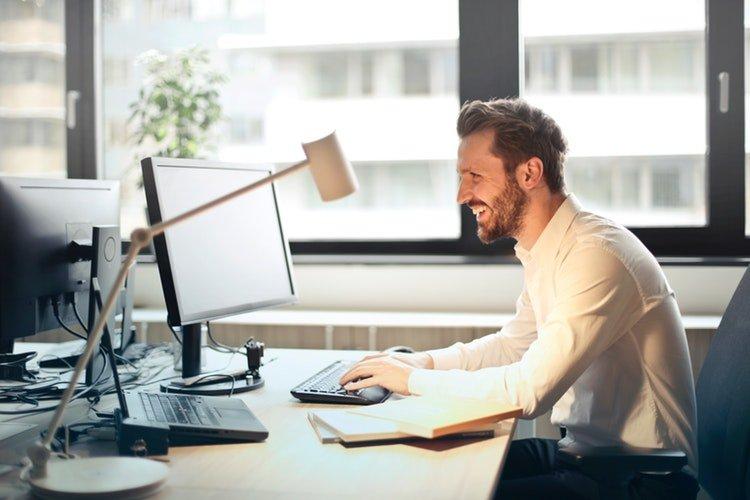 Strečing v práci znižuje bolesti chrbtice. Zdravý chrbát vám poďakuje. FOTO: Pexels