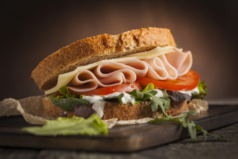 Jeden obložený chlebíček dokáže zabezpečiť polovičnú dávku denného príjmu sodíka. FOTO: Adobe Stock