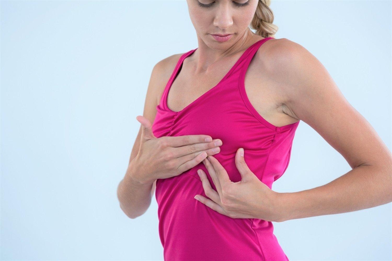 Samovyšetrenie prsníkov je vhodné robiť každý mesiac po menštruácii. FOTO: Adobe Stock