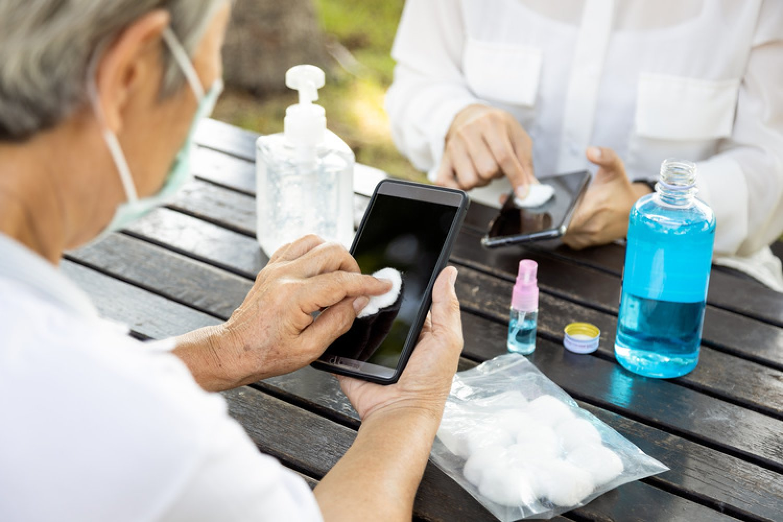 Mobilný telefón môžete dezinfikovať vatovým tampónom, na ktorý nastriekate dezinfekciu s obsahom alkoholu. Aj to je prevencia pred koronavírusom. FOTO: Adobe Stock