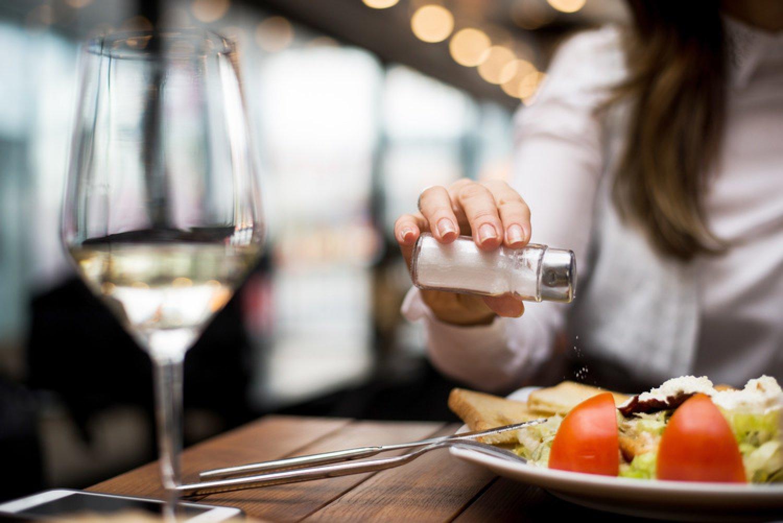 Posolíte si aj šalát? Zdravé stravovanie neznamená vyhýbať sa len cukrom a tukom. FOTO: Adobe Stock